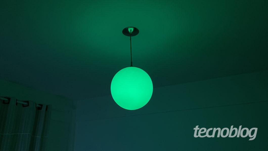 Smart Lâmpada Philips Hue em verde (Imagem: Darlan Helder/Tecnoblog)
