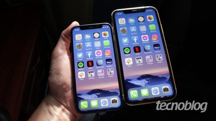 iPhone 12 Mini ao lado de um iPhone XR (imagem: Emerson Alecrim/Tecnoblog)