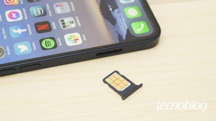Gaveta de SIM card do iPhone 12 Mini (imagem: Emerson Alecrim/Tecnoblog)