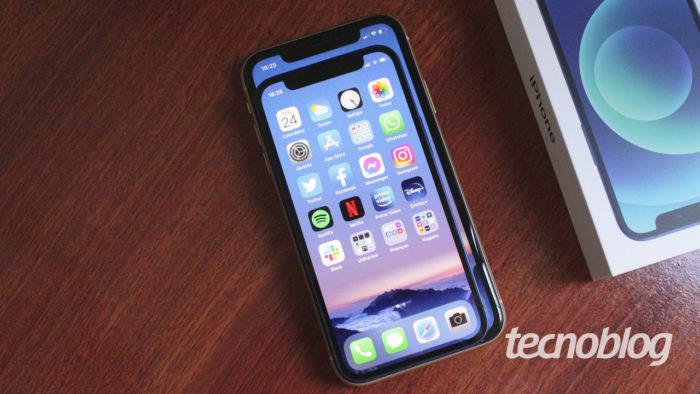 iPhone 12 Mini comparado a um iPhone XR (imagem: Emerson Alecrim/Tecnoblog)