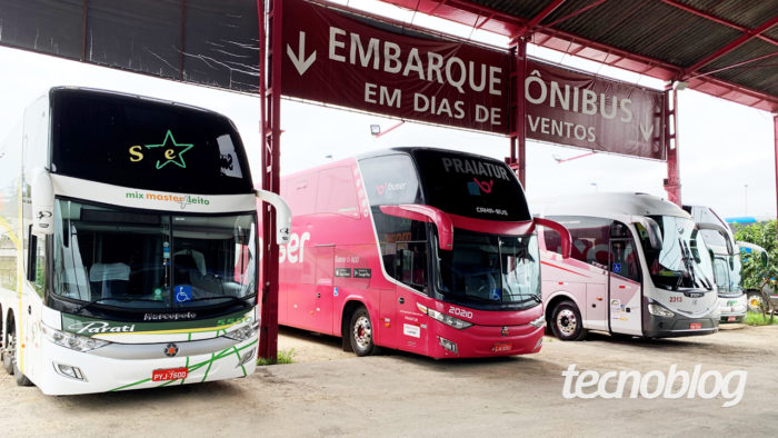 Ônibus no ponto de embarque da Buser (imagem: Emerson Alecrim/Tecnoblog)