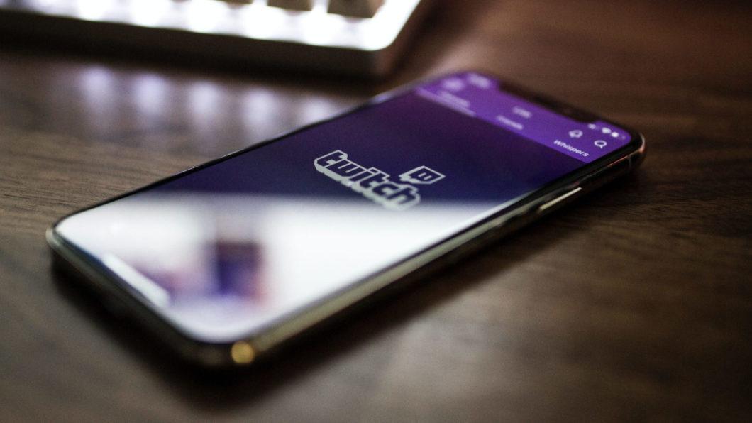 App da Twitch no <a href='https://meuspy.com/tag/Espione-celulares'>celular</a> (Imagem: Caspar Camille Rubin/Unsplash)