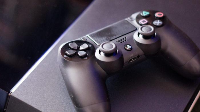 PS4 original e Controle DualShock 4 (Imagem: Farley Santos/Flickr) / Como passar vídeos do PS4 para o celular