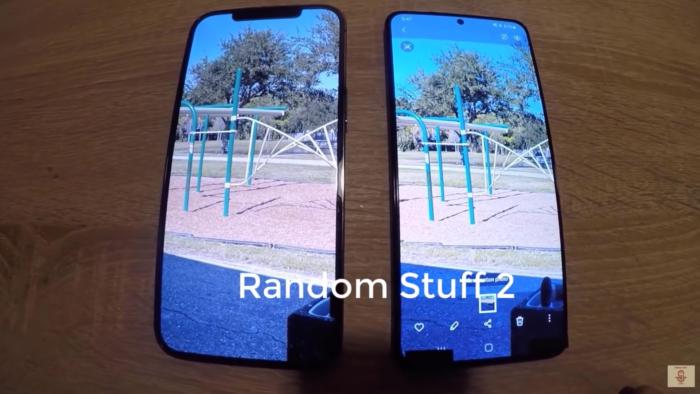Suposto Galaxy S21+ ao lado do iPhone 12 Pro (Imagem: Reprodução/sakitech/YouTube)