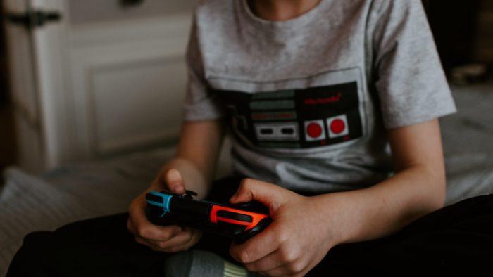 Projeto de lei visa proteges crianças em interações online (Imagem: Kelly Sikkema/Unsplash)