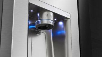 Geladeira da LG tem luz UV e abre portas com comando de voz
