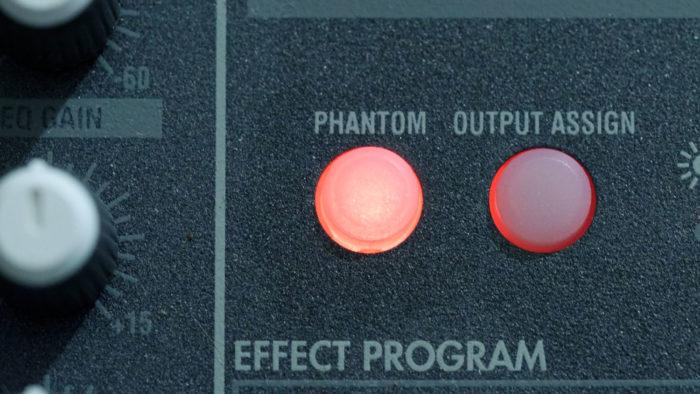 Botão e luz indicadora do Phantom Power em mesa de som (Imagem: Jud McCranie/Wikimedia Commons)