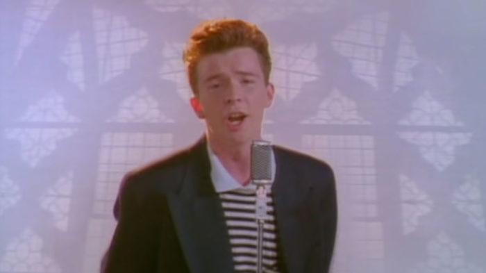 """""""Never Gonna Give You Up"""", de Rick Astley, foi a segunda mais cantarolada no Google (Imagem: Reprodução/YouTube)"""