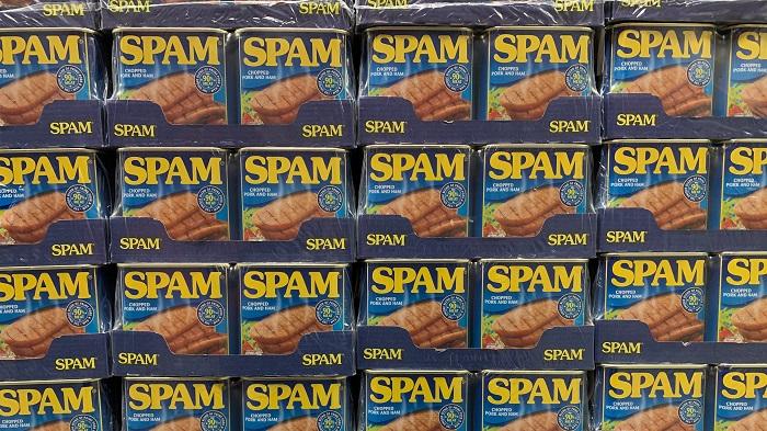 Nos grupos, o spam são mensagens repetitivas ou com fins comerciais (Imagem: Hannes Johnson/Unsplash)