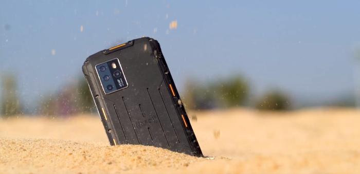 Archos X67 5G na areia (Imagem: divulgação/Archos)