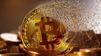 Bitcoin sofre maior queda diária da história e perde US$ 100 bilhões em valor