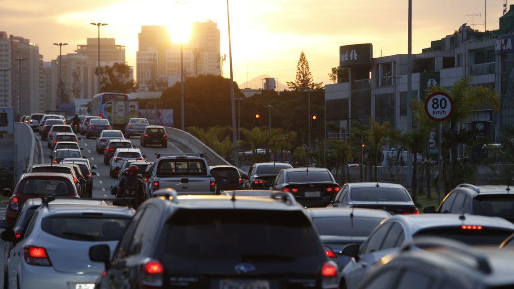 Trânsito intenso na Barra da Tijuca, Rio de Janeiro (Imagem: Fernando Frazão/Agência Brasil)