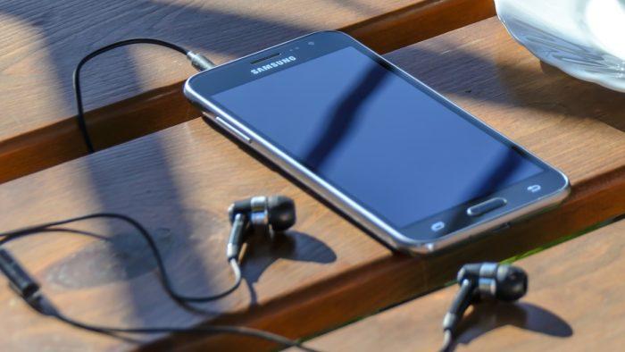 Celular da Samsung com fone de ouvido (Imagem: Photo Mix/Pixabay)