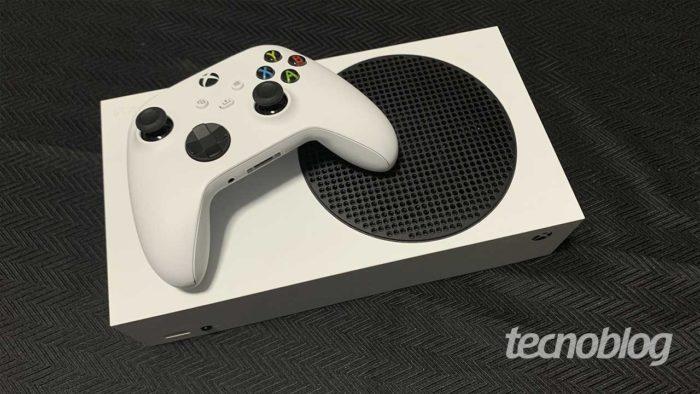 Xbox Series S e controle (Imagem: Felipe Vinha/Tecnoblog) / como baixar netflix no xbox