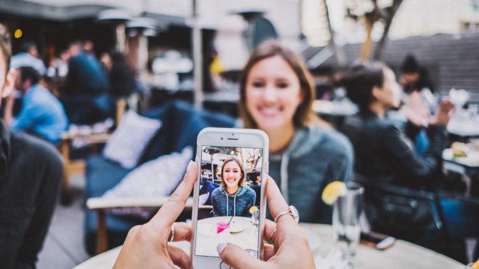 Alguns sites permitem encontrar pessoas só pela foto (Imagem: Josh Rose/Unsplash)