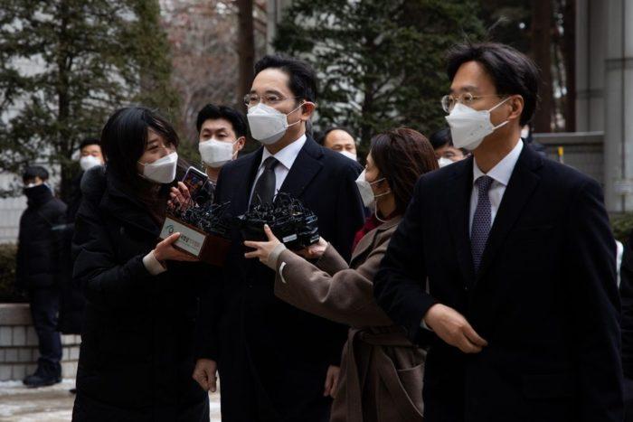 Jay Y. Lee ao centro (imagem: SeongJoon Cho/Bloomberg)
