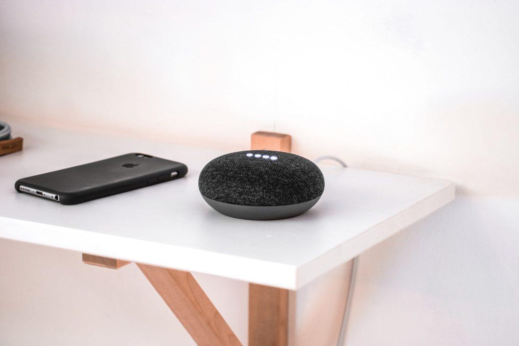 Alto-falante inteligente Google Nest Mini (Imagem: Linus Rogge/Unsplash)