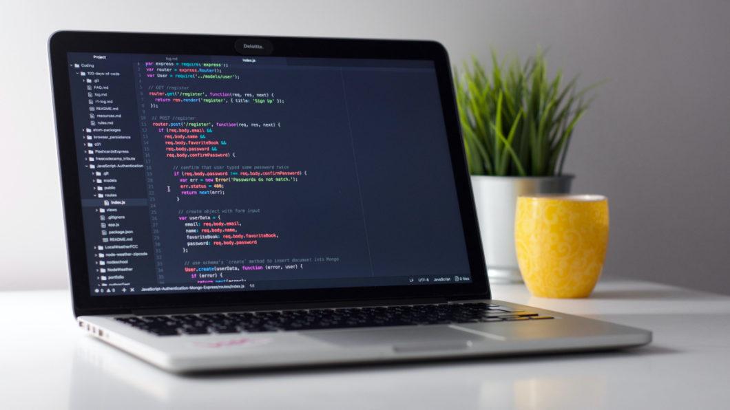 Empresas oferecem programas de capaciação em TI (Imagem: Clément Hélardot / Unsplash)