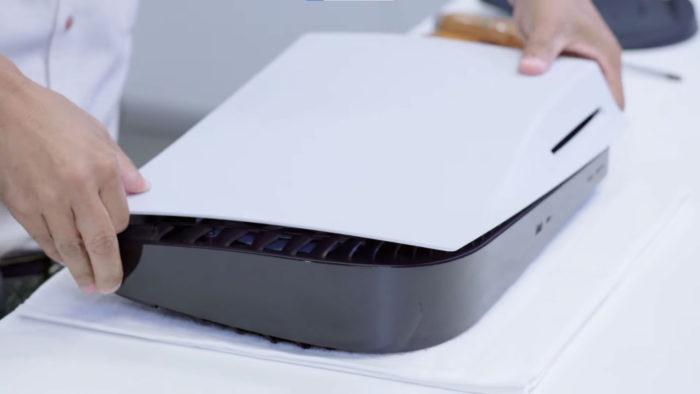 Remoção da aba inferior do PlayStation 5 (Imagem: Reprodução/Sony)