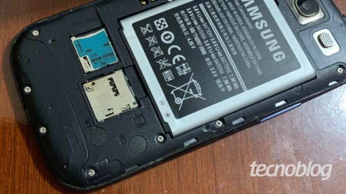 Slot para cartão de memória (acima, em azul) e para cartão SIM no Samsung Galaxy S3 (Imagem: Ronaldo Gogoni/Tecnoblog)
