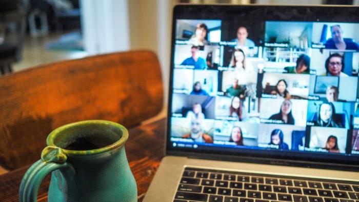 Webinar é um método bastante útil para transmitir informações (Imagem: Chris Montgomery/Unsplash)