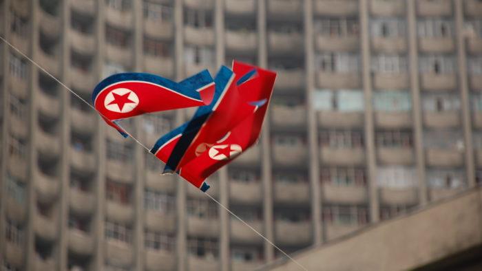 Bandeira da Coreia do Norte em Pyongyang (Imagem: stephan/Flickr)