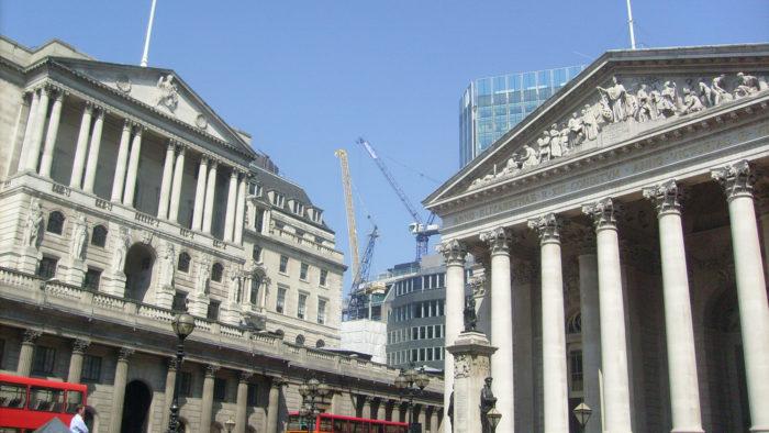Banco Central Britânico discute a criação de uma moeda digital nacional (Imagem: davidcuen/Flickr)