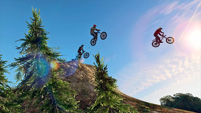 É possível correr até de bicicleta em GTA V (Imagem: Divulgação / Rockstar)