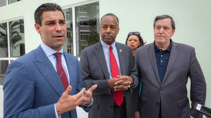 Prefeito de Miami, Francis Suarez a esquerda (Imagem: U.S. Dept. of Housing and Urban Development/Flickr)