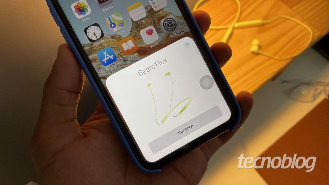 Beats Flex conectado no iPhone 11 (Imagem: Darlan Helder/Tecnoblog)