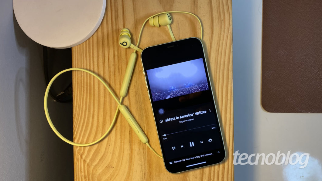 Beats Flex conectado no iPhone 12 (Imagem: Darlan Helder/Tecnoblog)