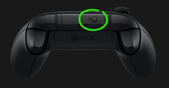 Botão Emparelhar em cima do controle (Imagem: Reprodução)