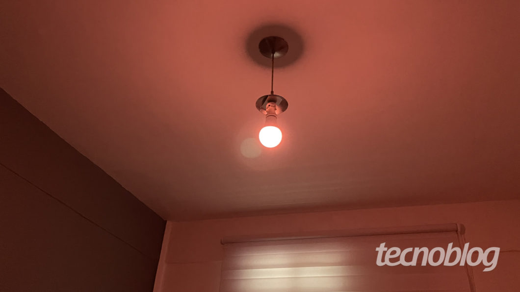 Smart Wi-Fi Lamp Orange Elsys (Image: Darlan Helder / Tecnoblog)