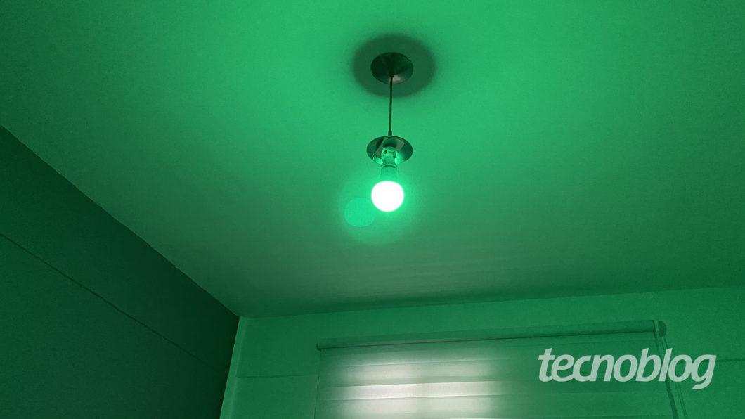 Verde da Smart Lâmpada Wi-Fi Elsys (Imagem: Darlan Helder/Tecnoblog)