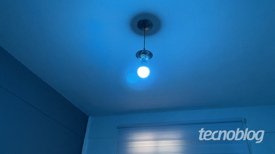 Azul claro da Smart Lâmpada Wi-Fi Elsys (Imagem: Darlan Helder/Tecnoblog)