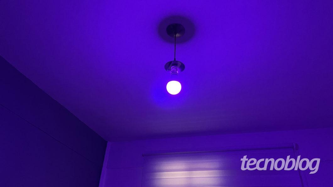 Purple Smart Wi-Fi Lamp Elsys (Image: Darlan Helder / Tecnoblog)