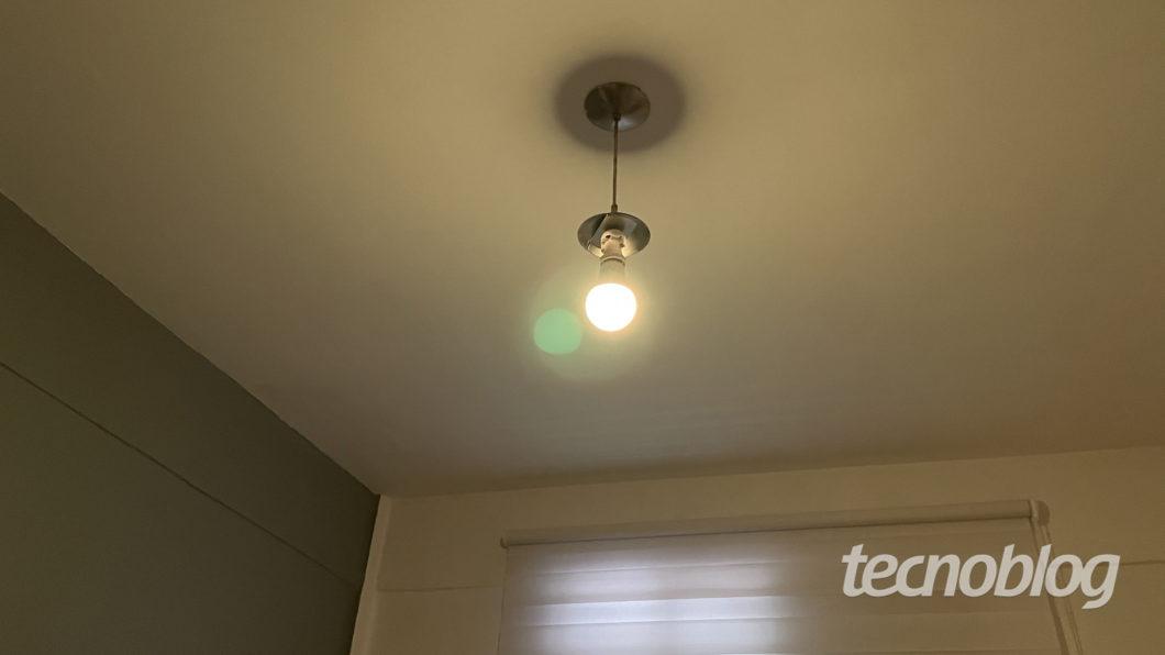 Smart White Wi-Fi Lamp Elsys (Image: Darlan Helder / Tecnoblog)