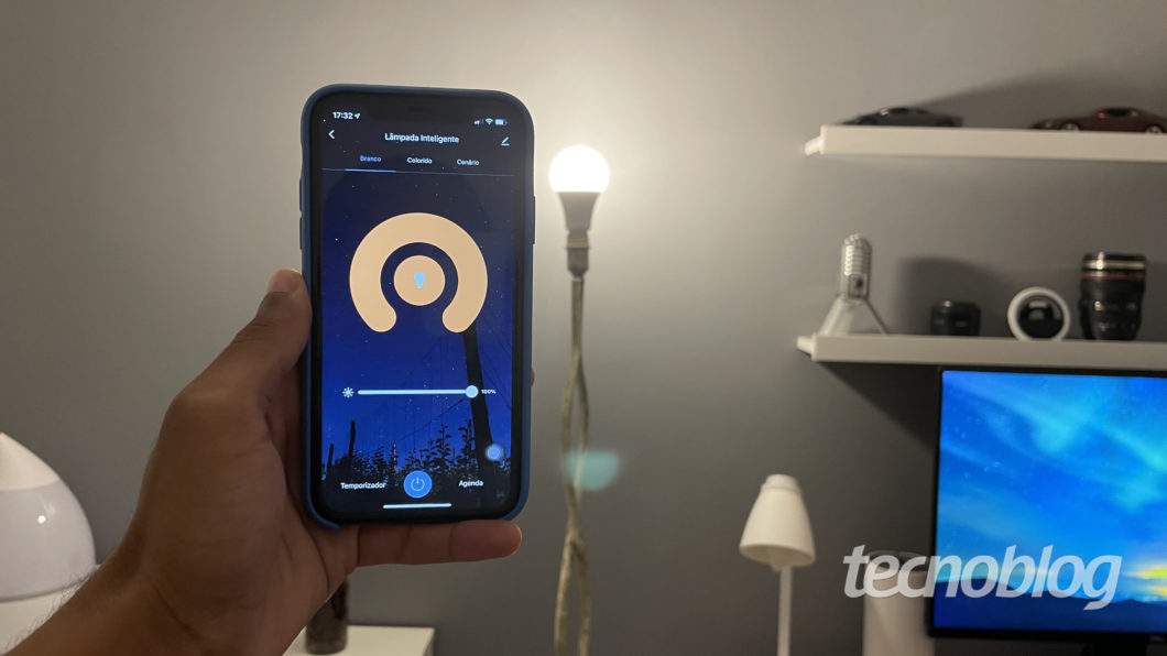 Smart Wi-Fi Lamp Elsys and Elsys Casa + app (Image: Darlan Helder / Tecnoblog)