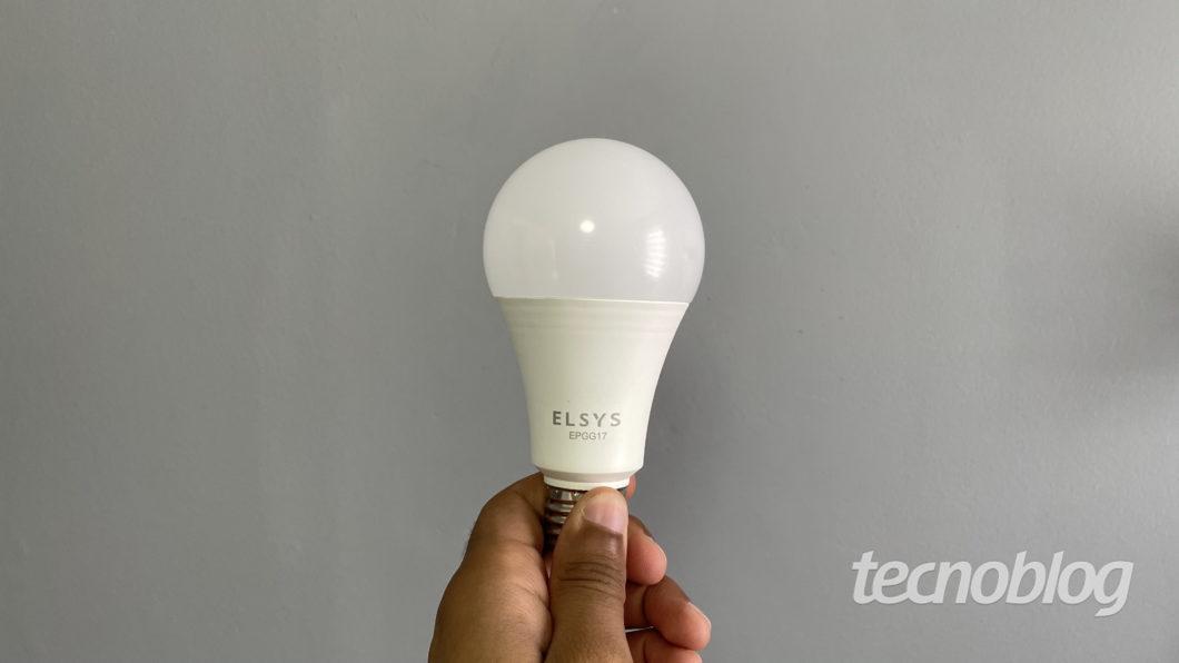 Smart Lâmpada Wi-Fi Elsys (Imagem: Darlan Helder/Tecnoblog)