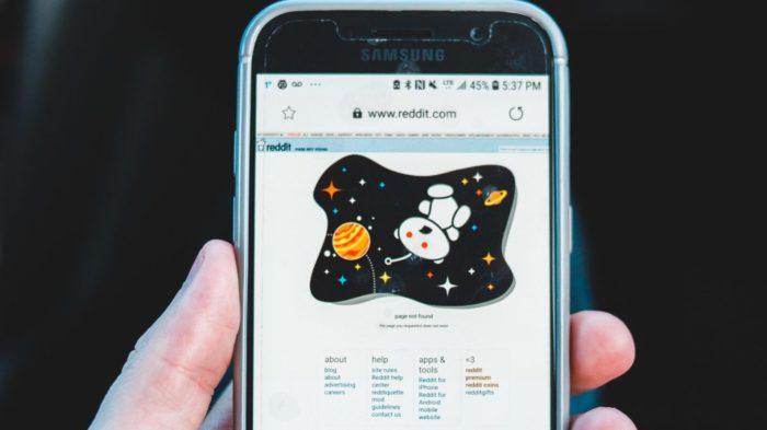 Reddit no celular (Imagem: Eric Mclean/Unsplash)