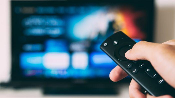 TV e controle remoto (Imagem: Glenn Carstens-Peters / Unsplash)