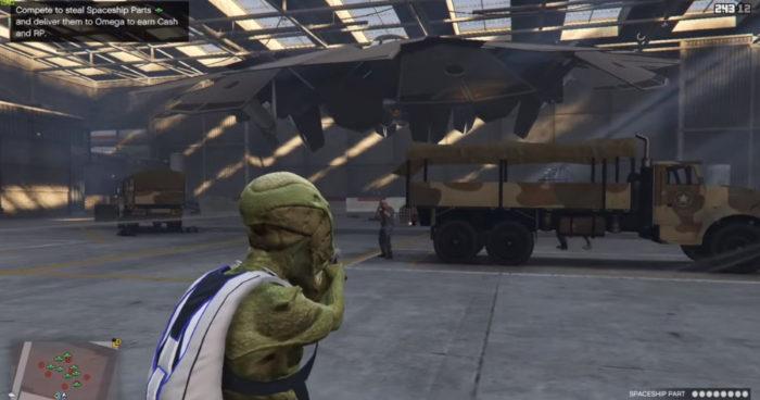 OVNI em hangar no Forte Zancudo em GTA 5 Online (Imagem: Reprodução/Rockstar Games)