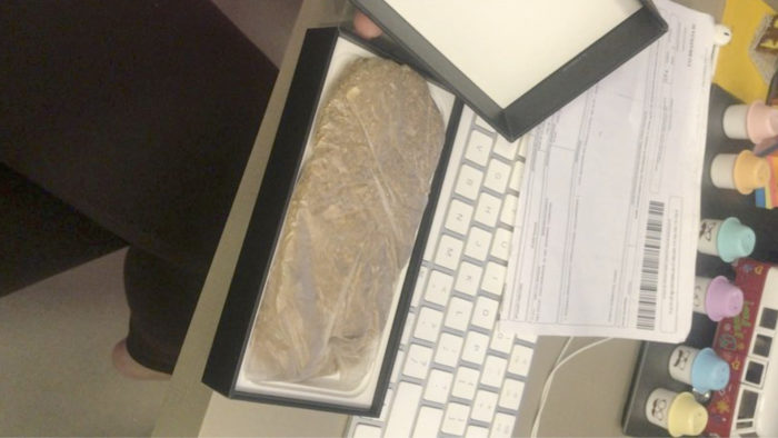 Cliente compra iPhone 12 Pro de R$ 8 mil mas recebe saco de areia no lugar do celular (Imagem: Reprodução/Facebook)