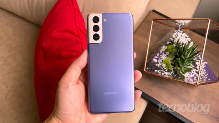 Samsung com atualizações para Galaxy S21 (Imagem: Paulo Higa/Tecnoblog)