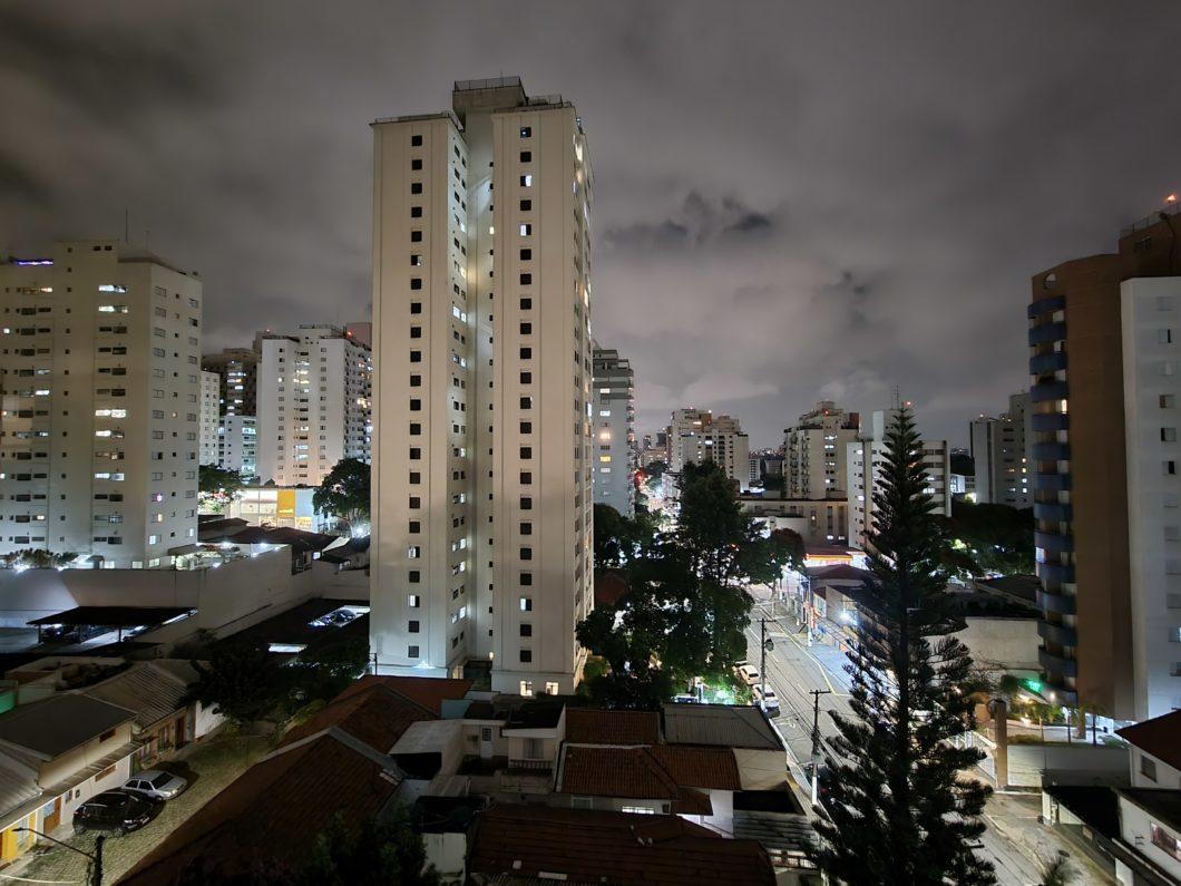 Foto com câmera traseira do Galaxy S21 em 0,5x e modo noturno (Imagem: Paulo Higa/Tecnoblog)