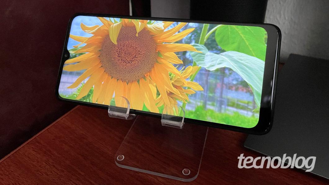 TCL 10 SE screen (image: Emerson Alecrim / Tecnoblog)