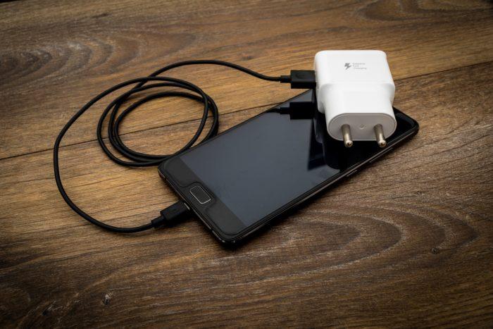 celular com carregador