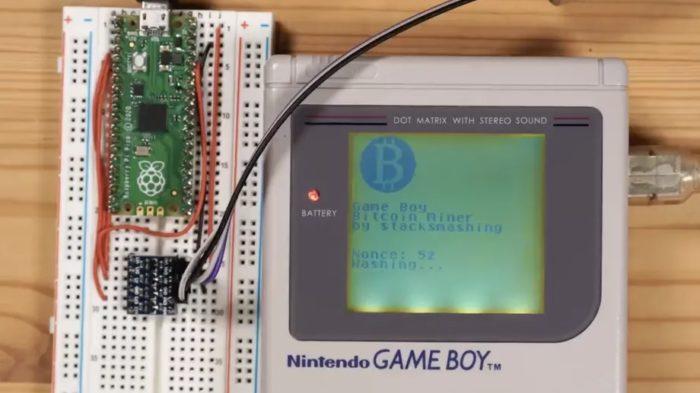 Game Boy modificado usado para minerar bitcoin (Imagem: Reprodução/StackSmashing)