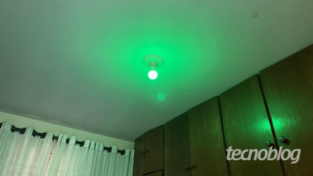 Smart Lâmpada Wiz A60 em verde (Imagem: Darlan Helder/Tecnoblog)