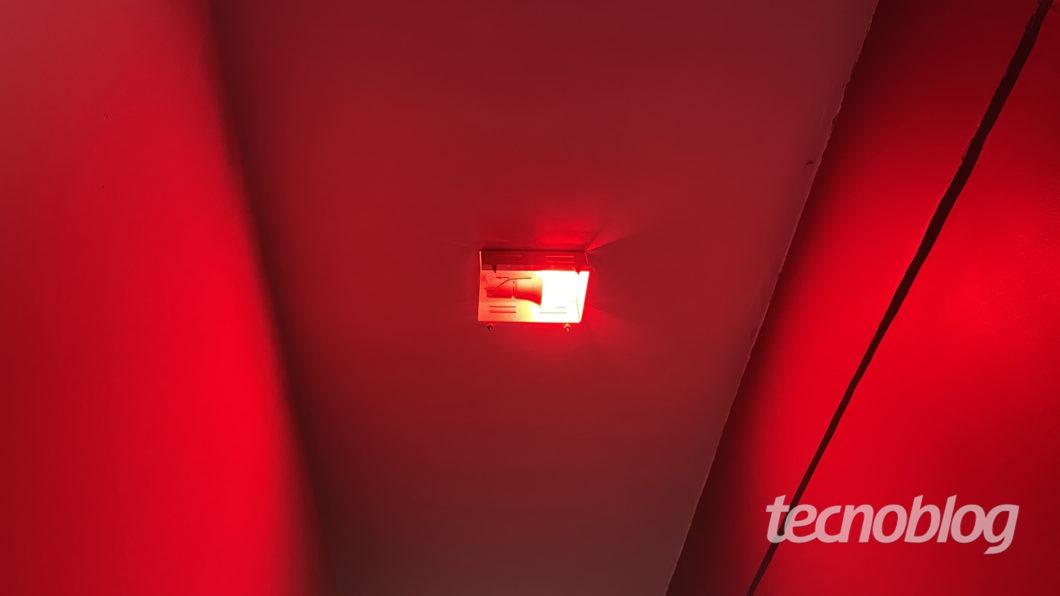 Smart Lâmpada Wiz A60 em vermelho (Imagem: Darlan Helder/Tecnoblog)
